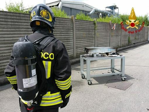Batteria a fuoco in una ditta, intervengono i vigili del fuoco