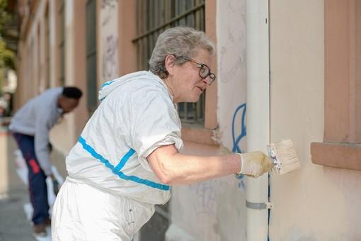 Vanchiglia, i residenti ritinteggiano muri e panchine di Via Balbo