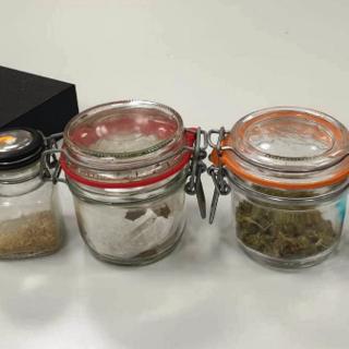 vasetti contenenti droga