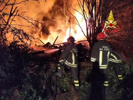 Avigliana, a fuoco una catasta di legno: pompieri al lavoro per cinque ore nella notte
