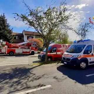 Ivrea, i vigili del fuoco soccorrono una paziente a casa portandola fuori con un sistema di funi con barella