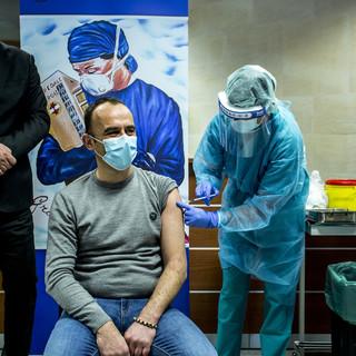 Un uomo riceve il vaccino anti Covid