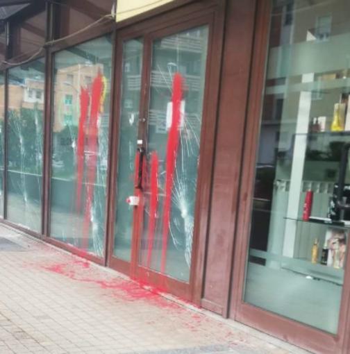 La sede di Glovo nel mirino dei vandali: vetri spaccati e chiazze di vernice rossa