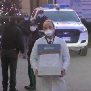 La consegna del vaccino anti covid a Torino: i carabinieri lo passano a Giovanni Di Perri