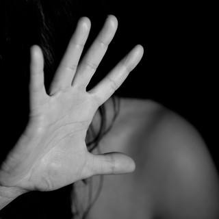 Chieri, sotto casa dell'ex moglie con un coltello da caccia: in manette per atti persecutori [VIDEO]